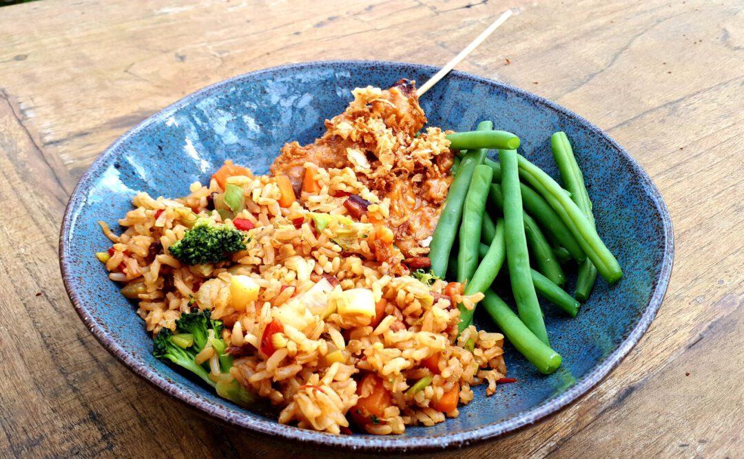 Maaltje gebakken rijst met saté